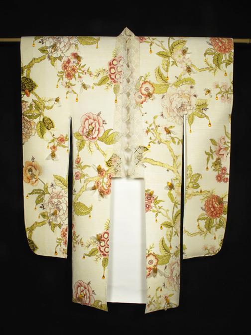 """Survival (2014) // Verre travaillé au chalumeau, taie d'oreiller, dentelle et papier, 107 x 81.5 x 10 cm / Flameworked glass, pillow case, lace & paper, 42"""" x 32"""" x 4"""" Sold to Musée national des beaux-arts du Québec"""